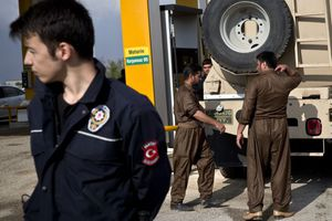 Φέσι σε τουρκικό εστιατόριο άφησαν οι Πεσμεργκά καθ' οδόν προς το Κομπάνι