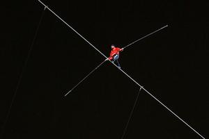 Ακροβάτης στο Ηράκλειο «πάγωσε» το κοινό όταν έπεσε από ύψος