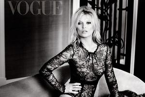 Η Kate Moss με ολόσωμο κορμάκι και ψηλές γόβες