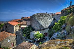 Μια μεσαιωνική πόλη χτισμένη κάτω από τεράστιες πέτρες