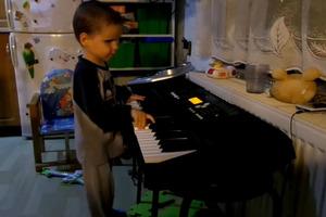 Ένα τυφλό παιδί δίνει μουσικό ρεσιτάλ