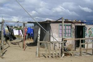Οικογένεια με δύο ανήλικα παιδιά ζει σε παράγκα από τσίγκους