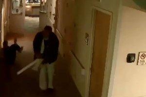 Ασθενής επιτίθεται σε νοσοκόμες με μεταλλικό στύλο