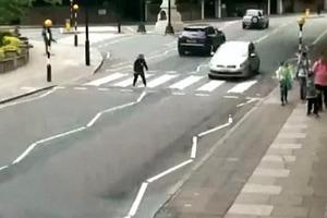 Αυτοκίνητο χτυπά γυναίκα και την πετά στην άσφαλτο