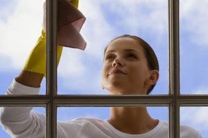 Φτιάξτε μόνοι σας σπιτικό καθαριστικό για τα τζάμια