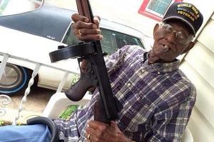 Ο γηραιότερος βετεράνος πολέμου των ΗΠΑ πίνει ουίσκι και καπνίζει πούρα