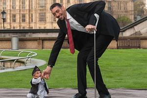 Χειραψία του ψηλότερου με τον κοντύτερο άνδρα του κόσμου