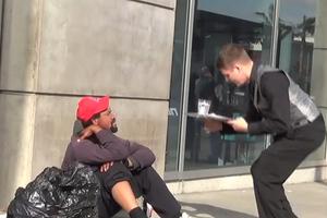 Σερβιτόρος για τους άστεγους