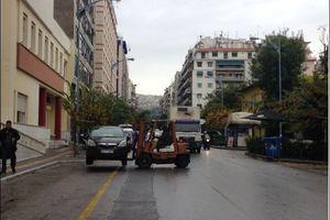 Γερανοί απομακρύνουν οχήματα από το κέντρο της Θεσσαλονίκης