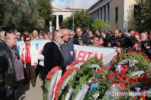 Στεφάνι από αντιπροσωπεία του ΣΥΡΙΖΑ στο Πολυτεχνείο