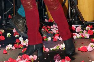 Έλληνας τραγουδιστής με κόκκινο παντελόνι και τακούνια