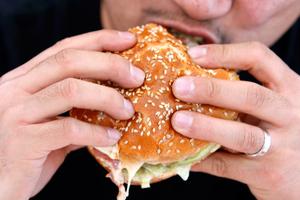 «Όχι» στη χοληστερίνη ακόμα και για τους νέους