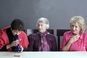 Γιαγιάδες καπνίζουν… χόρτο για πρώτη φορά