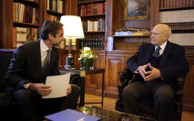 Η φιλική συνάντηση του Κυριάκου Μητσοτάκη με τον Κάρολο Παπούλια