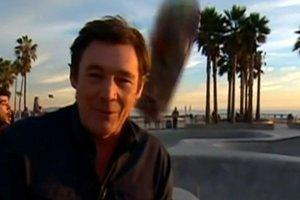 Του έπεσε skateboard στο κεφάλι την ώρα ενός live ρεπορτάζ