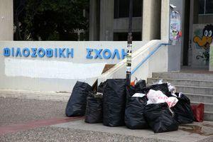 Αγώνας δρόμου για τα σκουπίδια στη Φιλοσοφική
