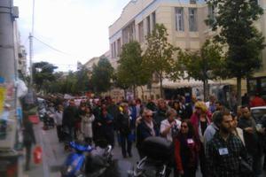 Στους δρόμους εργαζόμενοι και μαθητές