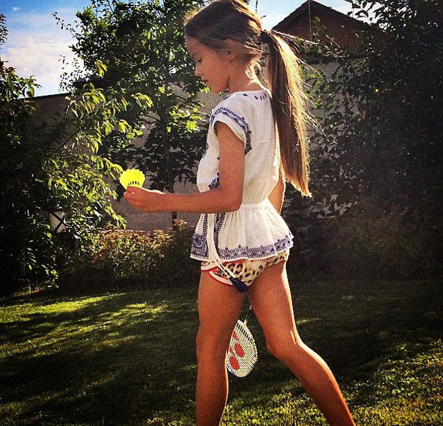 4af0007cf71 Η μητέρα της, πρώην μοντέλο, όπως αναφέρει η εφημερίδα «Daily Mail» γυρίζει  την πλάτη στα κακεντρεχή σχόλια των χρηστών. Ορισμένοι έχουν αποκαλέσει την  ...