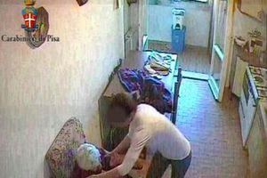 Αντί να φροντίζει την 92χρονη… την ξυλοφόρτωνε!