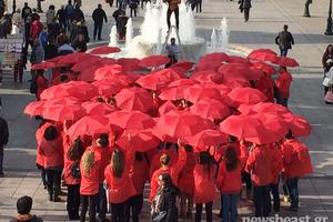 Το Σύνταγμα γέμισε κόκκινες ομπρέλες