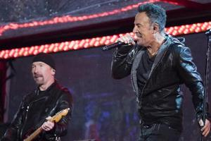 Συναυλία-έκπληξη των U2 στη Νέα Υόρκη για την Παγκόσμια Ημέρα κατά του AIDS