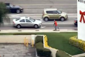 Κλέφτης διαφεύγει με… skateboard