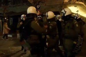 ΜΑΤατζής χτυπάει διαδηλωτή δεμένο πισθάγκωνα με χειροπέδες