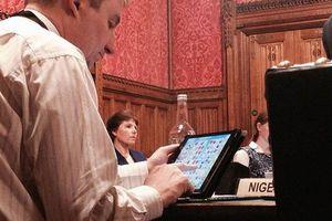 Βουλευτής «συνελήφθη» να παίζει Candy Crash στο Βρετανικό κοινοβούλιο