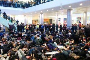 Διαδηλώσεις στη Βρετανία κατά της αστυνομικής βίας στις ΗΠΑ