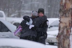 Αστυνομικός αντί για κλήσεις μοιράζει δώρα