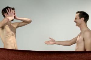 Η στιγμή που δυο φίλοι βλέπουν ο ένας τον άλλο γυμνό