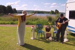 Η Παπαρίζου χορεύει συρτάκι στη Σουηδία