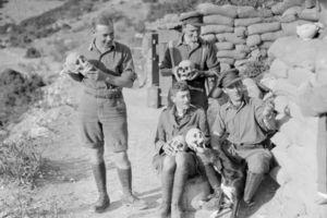 Άγγλοι στρατιώτες φωτογραφίζονταν με κρανία αρχαίων στην Αμφίπολη