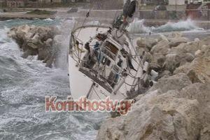 Ο ισχυρός βοριάς στη Κόρινθο έριξε ιστιοφόρο στα βράχια