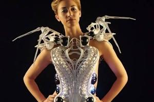 Το ρομποτικό φόρεμα-αράχνη που επιτίθεται σε εισβολείς