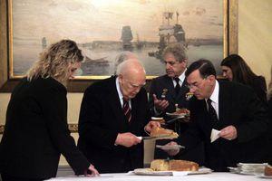 Συγκίνηση στην κοπή της πίτας στο Προεδρικό Μέγαρο