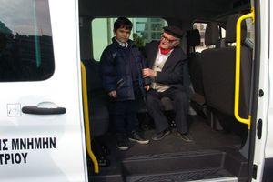 Δώρισε δύο mini bus στον δήμο Καλαμαριάς