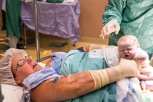 Γυναίκα έβγαλε τα παιδιά από την κοιλιά με τα χέρια της!