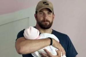 Γελάνε στο Χόλιγουντ για το ψεύτικο μωρό στο «American Sniper»