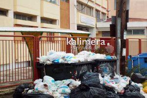 Βουνά με σκουπίδια έξω από σχολείο στην Τρίπολη