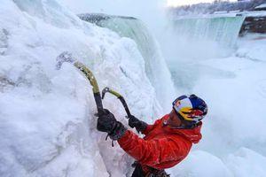 Σκαρφαλώνει στον παγωμένο Νιαγάρα με απίστευτη άνεση
