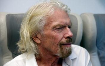 Ο δισεκατομμυριούχος Ρίτσαρντ Μπράνσον σέρβιρε τσάι στους επιβάτες της αμαξοστοιχίας της Virgin