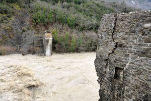 Ένας γέρικος πλάτανος γκρέμισε το γεφύρι της Πλάκας