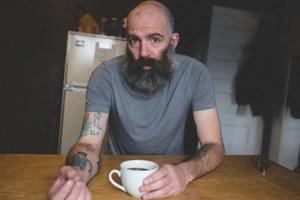 Κάνοντας τατουάζ τις ζωγραφιές του γιου του