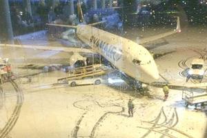 Υπάλληλοι αεροδρομίου σχημάτισαν ανδρικό μόριο με το χιόνι