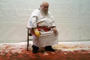 Φρίκη με καλλιτέχνη που ζωγραφίζει με αίμα ζώων