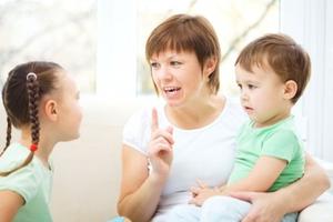 Τι να κάνετε όταν το παιδί λέει σε τρίτους κάτι που δεν πρέπει