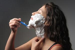 Νέα μόδα θέλει τις γυναίκες να ξυρίζουν το πρόσωπό τους