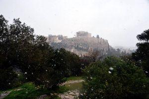 Χιονίζει και στο κέντρο της Αθήνας