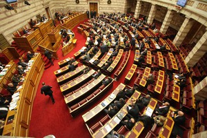Δείτε live τη θυελλώδη συζήτηση στη Βουλή για τα ταμειακά διαθέσιμα
